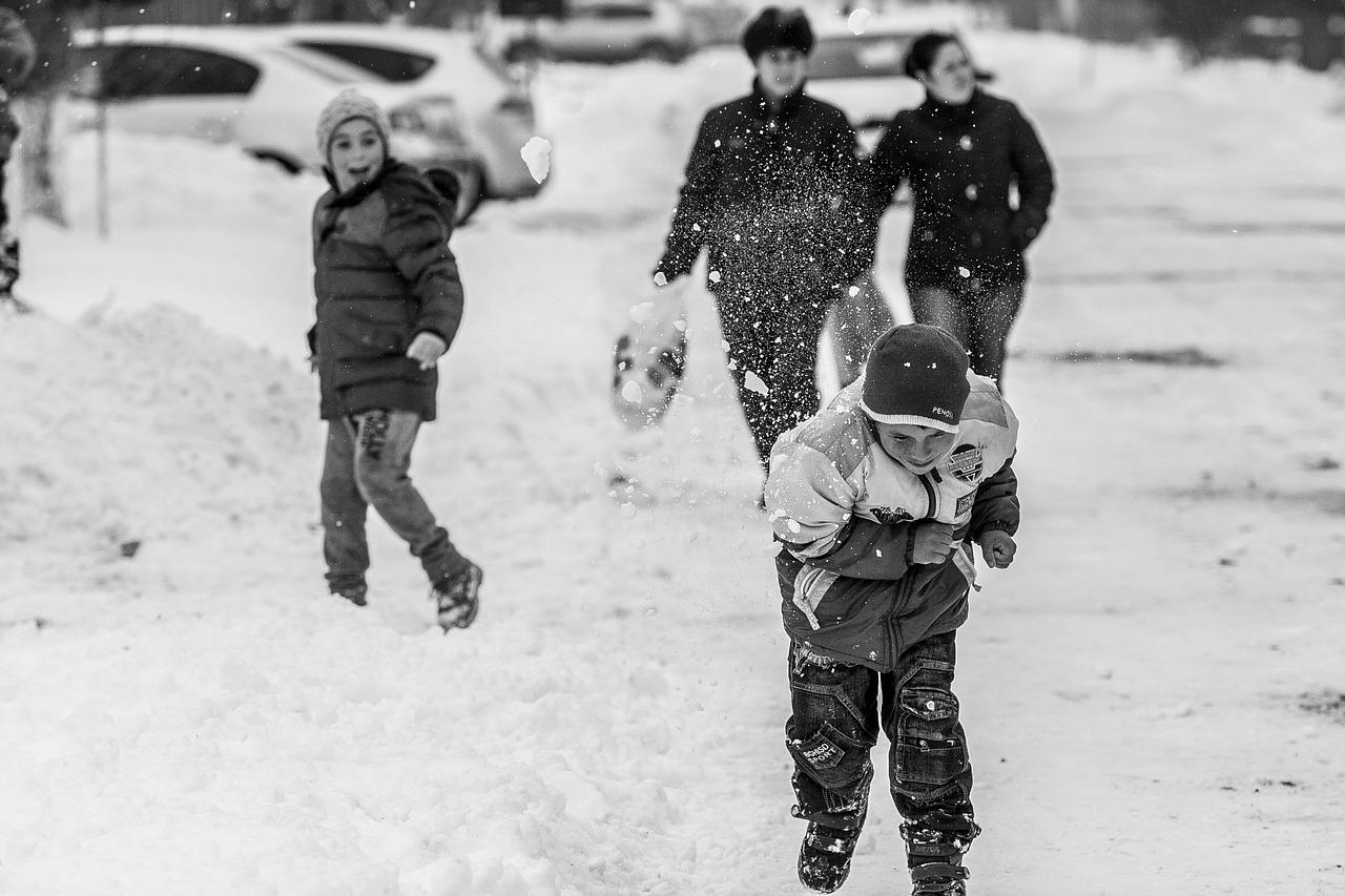 Fa freddo, ma i bambini non si scoraggiano e vogliono passare del tempo all'aperto, che attività proporre?